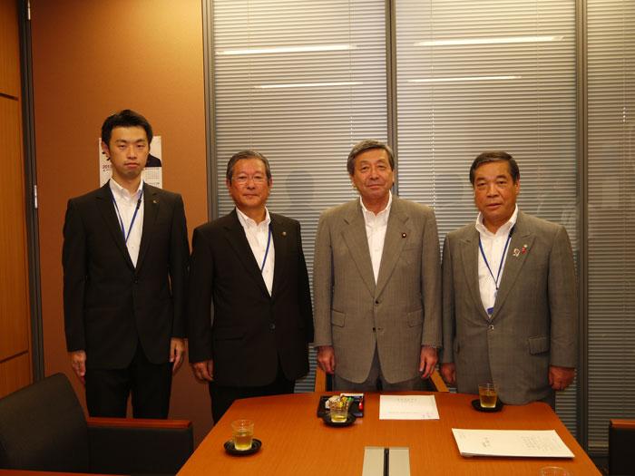 要請書提出のため林衆議院議員を訪問(左から猪鼻県税務課長、志賀市長会長、... 要請書提出のため